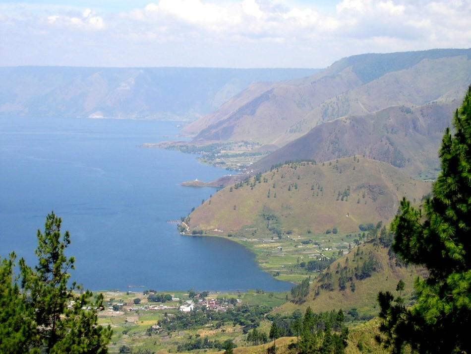 //www.andersreizen.be/eBusinessFiles/ImageFiles/fotos/ID5SMA/086-Lake-Toba-Sipisopiso-Custom.jpg